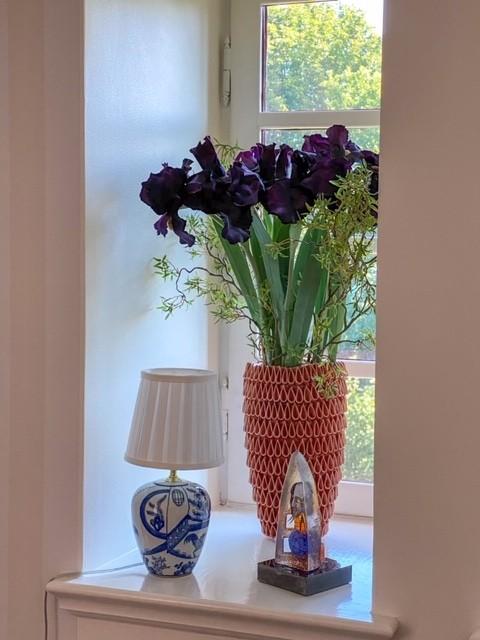 Iris, mörk lila/svart konstgjord blomma