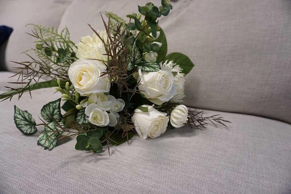 Bukett, White classic, handbunden konstgjord bukett